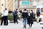 Родственники иранских пассажиров, которые были на борту самолета Aseman Airlines EP3704 собираются перед мечетью около аэропорта Мехрабад. Тегеран, 18 февраля 2018 года