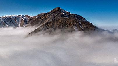 Фотофакт: красота над Бишкеком — вид на гору с высоты облаков
