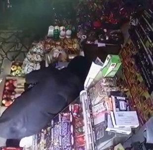 Бишкектеги дүкөндөн көз көрүнө ууру кылган аял видеого түшүп калган