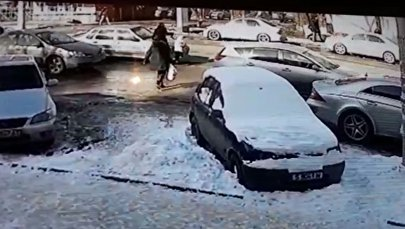 Бишкекте энеси менен бараткан кызды унаа учура сүздү. Видео