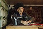 Баткен: 70 жаштагы аксакал Козубай Маматов кыздарга сеп даярдап, жууркан каптайт