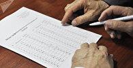Мужчина изучает новый казахский алфавит на латинице
