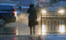 Женщина стоит у дороги. Архивноек фото