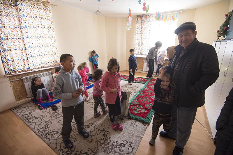 Житель села Маловодное Сокулуксого района Иса Омуракунов со своими детьми