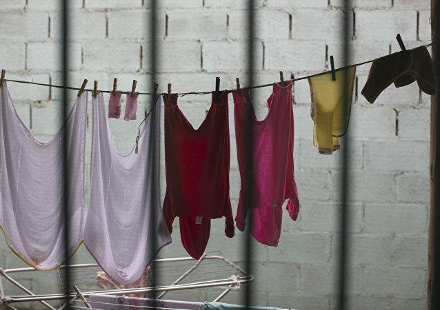Одежда для младенцев за решетками. Архивное фото