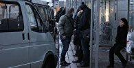 Жители города на автобусной остановке. Архивное фото