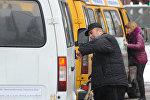 Пассажир садится в маршрутное такси. Архивное фото