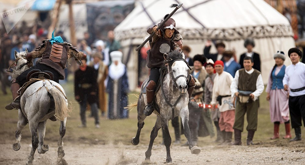 Всадники на лошадях во время театрального шоу в рамках ВИК на джайлоо Кырчын.