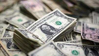 Банкноты США на столе. Архивное фото