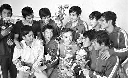 Тренер сборной команды молодежи Киргизии Сарыгул Чекиров и вьетнамские спортсмены