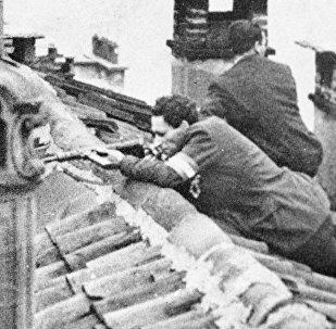 Бойцы отряда движения Сопротивления на крыше дома во время вооруженного восстания в Милане. Архивное фото
