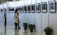 Посетители на открытии выставки победителей Международного конкурса фотожурналистики имени Андрея Стенина