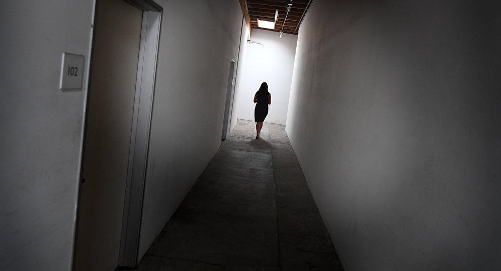 Девочка в коридоре. Архивное фото