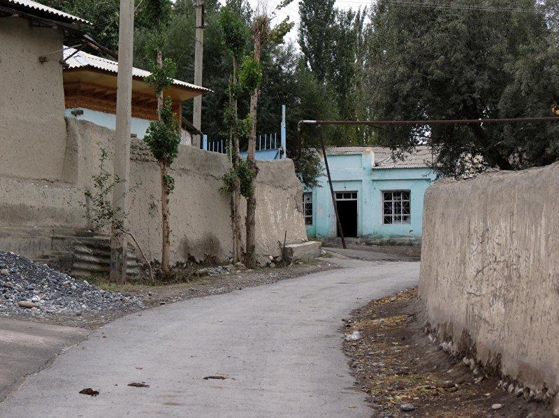 Единственная асфальтированная улица Чон-Гары — часть сквозной дороги, которая ведет к кыргызским селам