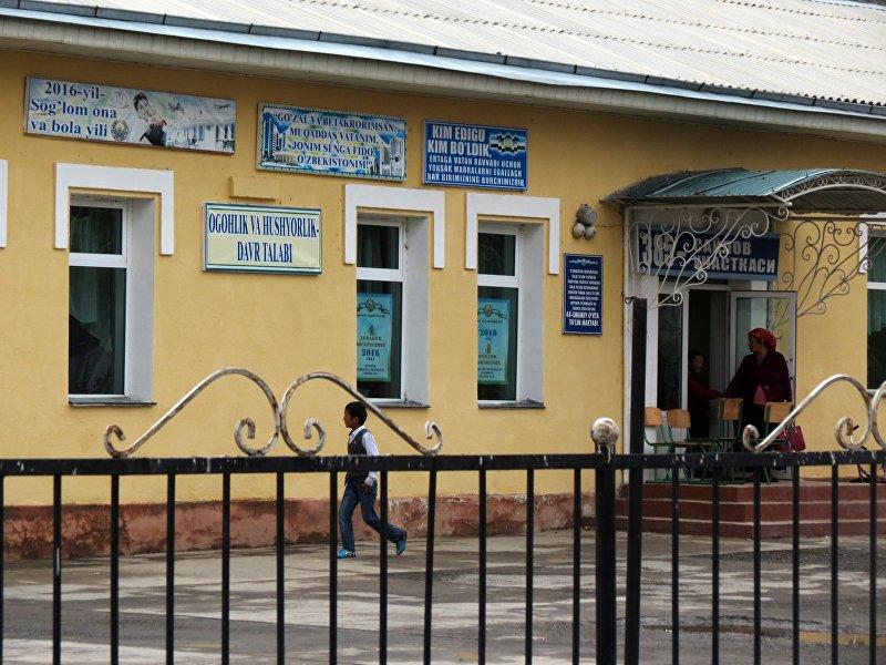 Самые капитальные здания в Чон-Гаре — больница и школа. На ограде больницы мы увидели плакат с лозунгом на узбекском (латиницей) и силуэтами зданий Ташкент