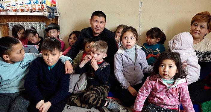 В этой семье 24 ребенка — видео о необычной семье из Кыргызстана