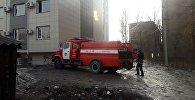 Пожарная машина около жилого дома на пересечении улиц Туголбая Ата и Гоголя в Бишкеке где было возгорание