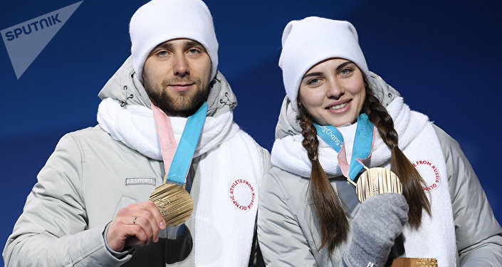 Российские спортсмены Анастасия Брызгалова и Александр Крушельницкий, завоевавшие бронзовые медали в турнире по керлингу в дисциплине дабл-микст, на церемонии награждения на XXIII зимних Олимпийских играх. Архивное фото