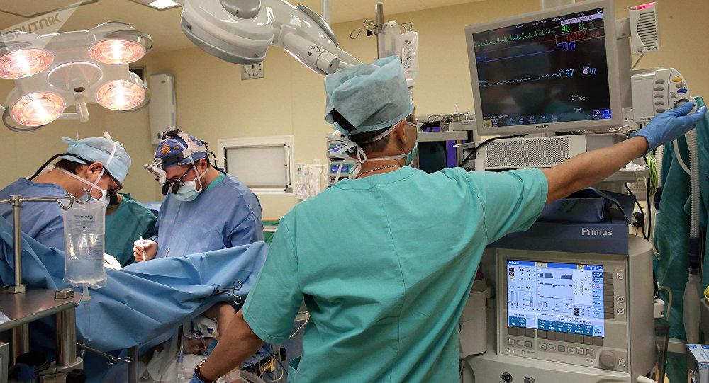 Операция жасап жаткан хирургдар. Архив
