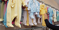 Продажа детской одежды в магазине. Архивное фото