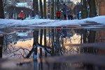 Лужа за земле зимой. Архивное фото