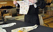 Пошив одежды для новорожденных детей. Архивное фото
