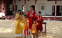Премьер-министр Канады Джастин Трюдо, его жена Софи Грегуар Трюдо, их дочь Элла Грейс и сыновья Хадриен и Ксавье приветствуют средства массовой информации во время их визита в Ганди Ашрам в Ахмадабаде. Индия, 19 февраля 2018 года