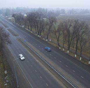 Автомобили едут по дороге на окраине Бишкека. Архивное фото