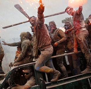 Участники мучной войны в Греции, которая традиционно проходит в стране в первый день поста.