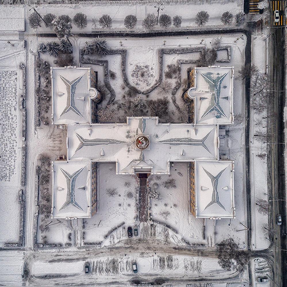Бишкек с высоты птичьего полета — здание Ассамблеи народа Кыргызстана