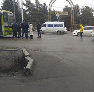 Автобус маршрута № 6 спровоцировал ДТП, врезавшись во внедорожник на улице Ахунбаева в Бишкеке