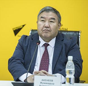 Архивное фото доктора экономических наук Жумакадыра Акенеева