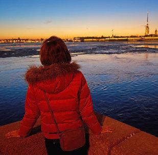Девушка на набережной реки Невы в Санкт-Петербурге. Архивное фото