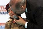 Түркиянын президенти Режеп Тайип Эрдоган Кахраманмараш шаарында партиянын жыйынында кадеттердин училищесинде окуган алты жашар кыз менен