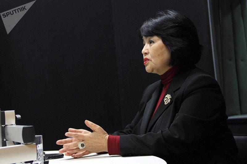 Заведующая отделом лингвистической экспертизы аппарата Жогорку Кенеша Джумагуль Карагулова во время интервью на радио Sputnik Кыргызстан