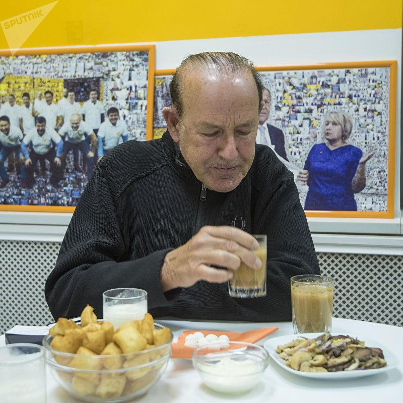 Американский специалист в области культуры сервиса, автор книг и обучающих программ, мотивационный спикер, бизнесмен Джон Шоул пробует кыргызские блюда