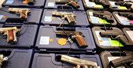 Colt жана Glock тапанчалары. Архивдик сүрөт