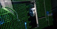 Отражение мужчины в маске на мониторе. Архивное фото