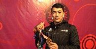 Кыргызстанский борец греко-римского стиля Акжол Махмудов демонстрирует золотую медаль чемпионата Азии