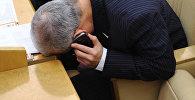 Телефондо сүйлөшкөн атминер. Архивдик сүрөт