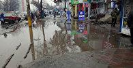 Лужа на пересечении проспекта Дэн Сяопина и улицы Интергельпо (район Шлагбаума) в Бишкеке