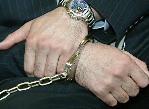 Руки лейтенанта Рамиля Сафарова во время озвучивания приговора в Будапеште.  13 апреля 2006 года
