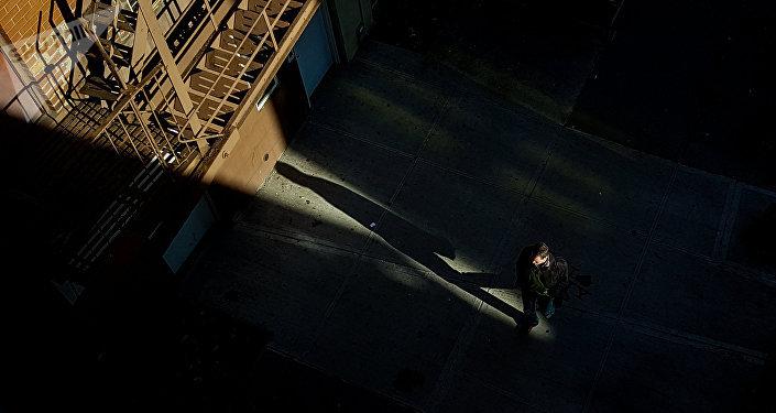 Мужчина идёт по одной из улиц в США. Архивное фото