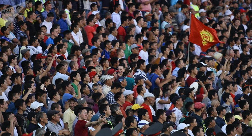 Футбольные болельщики на стадионе в Бишкеке. Архивдик сүрөт