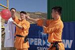 Монах пробил стекло швейной иглой — удивительное видео