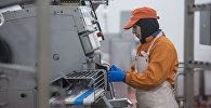 Сотрудники колбасного завода в Бишкеке во время работы. Архивное фото