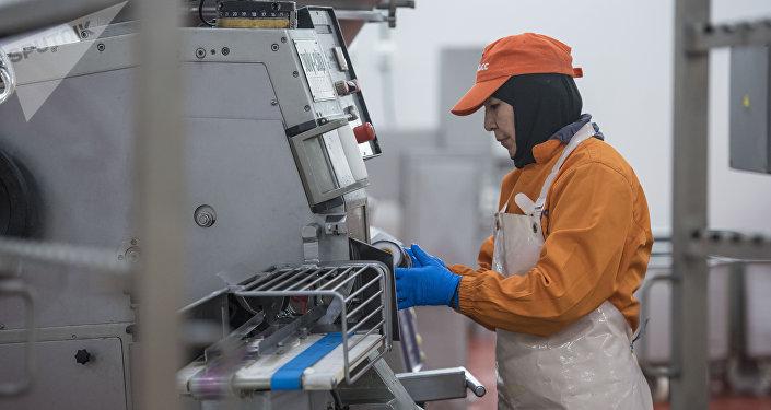Сотрудники колбасного завода в Бишкеке во время рабочего процесса. Архивное фото