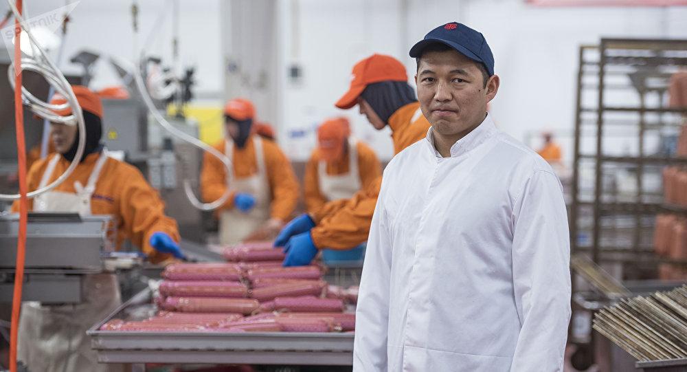 Руководитель колбасного завода Мырзабек Орумбаев в цехе производства
