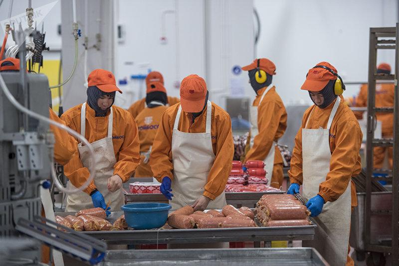 Сотрудники колбасного завода в Бишкеке во время рабочего процесса