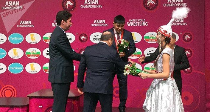 Вручение бронзовой медали ОИ 2008 года борцу Базару Базаргуруеву